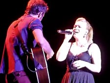 Kelly Clarkson Sings Call Me Maybe