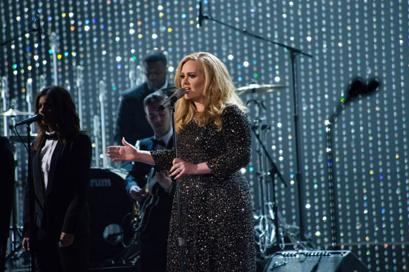 Adele Performs Skyfall at the 2013 Oscars